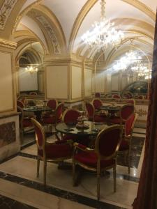 A restaurant or other place to eat at Hotel Des Epoques