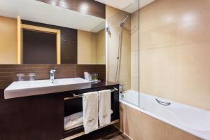 A bathroom at Hotel Sercotel Portales