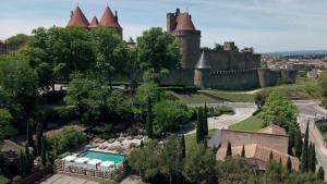 Vue sur la piscine de l'établissement Hôtel du Château & Spa - Les Collectionneurs ou sur une piscine à proximité