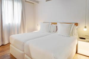 A bed or beds in a room at One Shot Prado 23