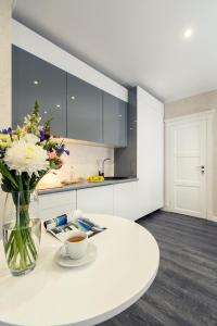 A kitchen or kitchenette at Flatlux Apartments