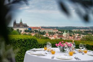 Een restaurant of ander eetgelegenheid bij Nebozizek Hotel a Restaurant
