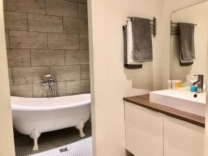 Ванная комната в Apartments at Kamennoostrovskiy prospekt 29