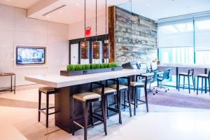 The lounge or bar area at Courtyard by Marriott New York JFK Airport