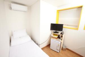 Una televisión o centro de entretenimiento en 24 Guesthouse Seoul Station