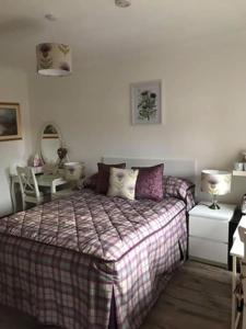 A bed or beds in a room at Alderdale B&B