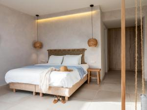 A bed or beds in a room at Villa Maxine Hotel