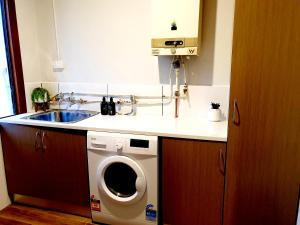 A kitchen or kitchenette at Entire 3 bedrooms home, Dandenong central, walk to bus