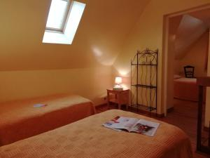 A bed or beds in a room at Chambres d'hôtes Edoniaa