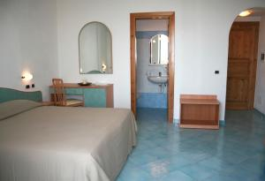 A bed or beds in a room at Hotel Poggio del Sole