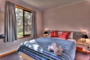 A bed or beds in a room at BIG4 Iluka on Freycinet