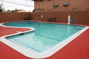 Het zwembad bij of vlak bij Rodeway Inn Merced