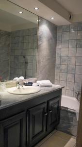 A bathroom at Les Jardins De La Madrague