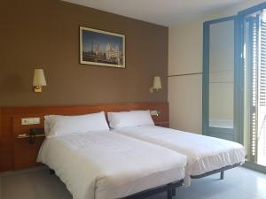 A bed or beds in a room at El Jardi
