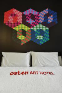 A bed or beds in a room at Osten Art Hotel