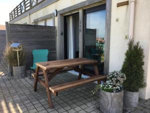 """Terrasse ou espace extérieur de l'établissement studio """"côté mer """" la naturelle"""