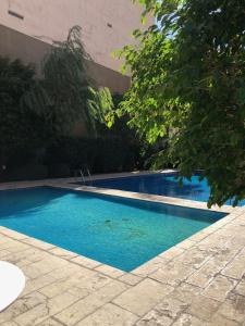 The swimming pool at or close to Excelente departamento con pileta y jardin en el barrio de Belgrano
