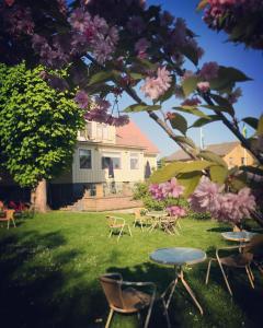 En trädgård utanför Gamla Gästgivaregården