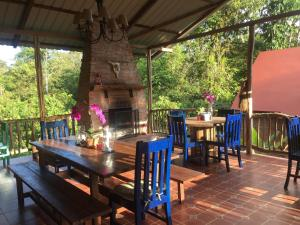 A restaurant or other place to eat at La Casa del Rio B&B