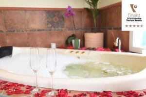 A bathroom at Lakeside Cottage Luxury B&B