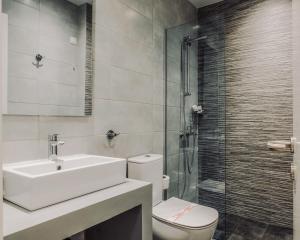 Salle de bains dans l'établissement Poseidonio Hotel