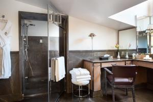 A bathroom at Palazzo Vecchietti - Residenza D'Epoca