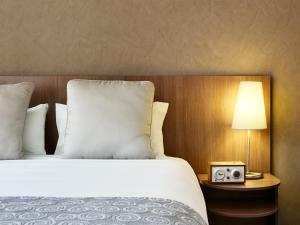A bed or beds in a room at Hotel Urban St Leonards