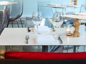 A restaurant or other place to eat at Hotel Urban St Leonards