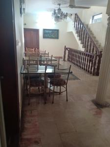 A restaurant or other place to eat at New Islamabad Guest House