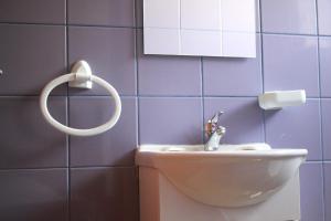 Uma casa de banho em Caçula, Alojamento Local