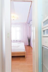 Кровать или кровати в номере KvartiraSvobodna - Apartment at Bibliotechnaya