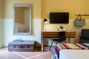 A television and/or entertainment center at Hotel Blu di Te