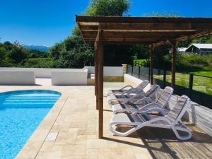 Het zwembad bij of vlak bij Gîtes Les Neuf Cerisiers