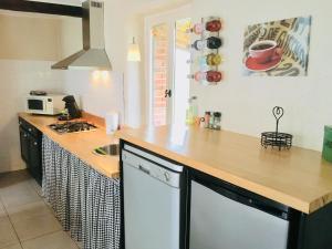 Een keuken of kitchenette bij Gîtes Les Neuf Cerisiers