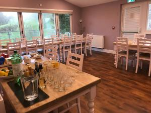 A restaurant or other place to eat at Godshill Park Cottages