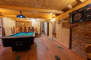 Stol za biljar u objektu Holiday Home Sumski Raj