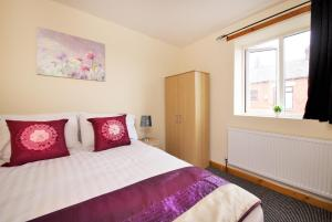 A bed or beds in a room at Remote Hotel with M60 & M62 5 mins drive