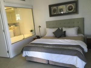 A bed or beds in a room at Upmarket Resort At Oracle Broadbeach URGC