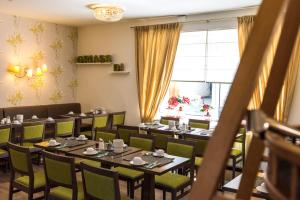 A restaurant or other place to eat at Goldenes Theater Hotel Salzburg