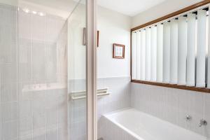 A bathroom at Campbell Avenue, 28