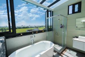 A bathroom at 澳玩客民宿 電梯 包棟
