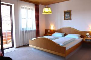 Ein Bett oder Betten in einem Zimmer der Unterkunft Zum Bräu-Toni