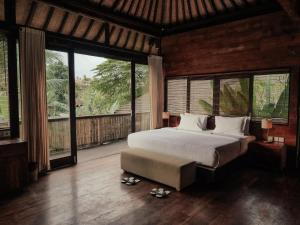 A bed or beds in a room at Surya Kembar Villas