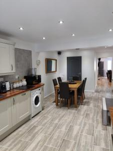 A kitchen or kitchenette at Dobbies Boutique Apartment