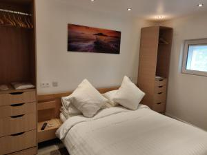 A bed or beds in a room at Dobbies Boutique Apartment