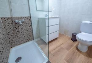 Een badkamer bij Apartamentos AR Family Melrose Place