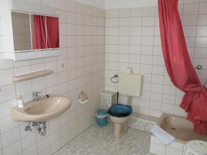 """Ein Badezimmer in der Unterkunft Landgasthof """"Hotel zum Norden"""""""