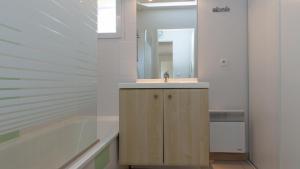 Salle de bains dans l'établissement Vacancéole - L'Allée des Dunes - Ondres Plage
