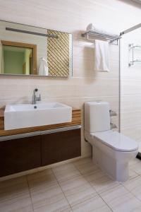 A bathroom at Sambala Residence