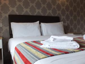 A bed or beds in a room at The Kingstanding Inn